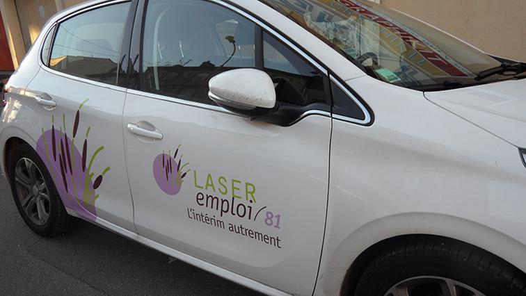 Habillage d'un véhicule avec lettres adhésives